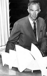 Jørn Utzon i 1966 med hans model af Opera Huset i Sydney..